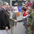 Le prince Albert II de Monaco et la princesse Charlene en visite aux équipes de la Croix-Rouge monégasque, dont le souverain du Rocher est le président, lors des essais libres du Grand Prix de F1 de Monaco, le 24 mai 2012.