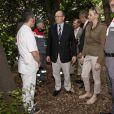 Le prince Albert II de Monaco et la princesse Charlene ont rendu visite aux équipes de la Croix-Rouge monégasque, dont le souverain du Rocher est le président, lors des essais libres du Grand Prix de F1 de Monaco, le 24 mai 2012.