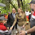 Le prince Albert et la princesse Charlene ont rencontré les équipes de la Croix-Rouge monégasque, dont le souverain du Rocher est le président, lors des essais libres du Grand Prix de F1 de Monaco, le 24 mai 2012.