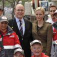 Albert et Charlene de Monaco ont rendu visite aux équipes de la Croix-Rouge monégasque, dont le souverain du Rocher est le président, lors des essais libres du Grand Prix de F1 de Monaco, le 24 mai 2012.