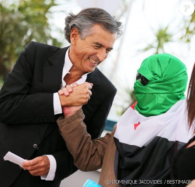 Bernard-Henri Lévy, accompagné par des vétérans libyens et deux opposants clandestins au régime de Damas, lors du photocall du film documentaire Le Serment de Tobrouk au Festival de Cannes le 25 mai 2012