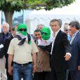 Le philosophe Bernard-Henri Lévy, accompagné par des vétérans libyens et deux opposants clandestins au régime de Damas, lors du photocall du film documentaire Le Serment de Tobrouk au Festival de Cannes le 25 mai 2012
