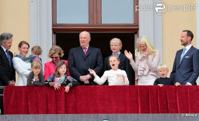 La princesse Ingrid a chanté à tue-tête ''joyeux anniversaire'' pour ses grands-parents ! La famille royale de Norvège s'est réunie autour du roi Harald et de la reine Sonja le 31 mai 2012 au balcon du palais, à Oslo, pour célébrer avec une foule rassemblée sur la place du palais leurs 75 ans.