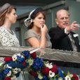 Beatrice et Eugenie, avec leur grand-père Philip, lors du premier jour des célébrations du jubilé de diamant d'Elizabeth II, le 2 juin 2012.