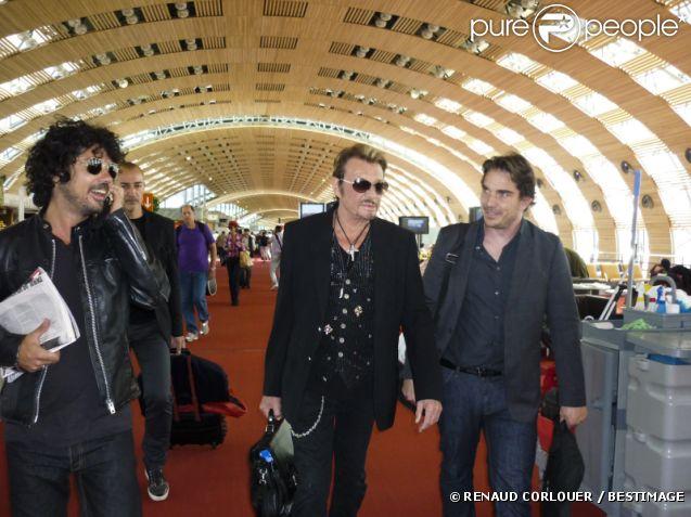 Johnny hallyday arrive à l'aéroport de moscou avec son manager
