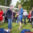Les seours Beatrice et Eugenie d'York ont donné encore plus de goût au pique-nique du Big Jubilee Lunch dans les jardins de Buckingham Palace, le 4 juin 2012, en allant à la rencontre des 12 000 heureux invités.