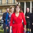 Les princesses Beatrice, en Erdem, et Eugenie d'York, en D & Me, ont donné encore plus de goût au pique-nique du Big Jubilee Lunch dans les jardins de Buckingham Palace, le 4 juin 2012, en allant à la rencontre des 12 000 heureux invités.