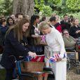 Telle une vestale, la comtesse Sophie de Wessex a fait sensation au pique-nique du Big Jubilee Lunch dans les jardins de Buckingham Palace, le 4 juin 2012, en allant à la rencontre de certains des 12 000 heureux invités.