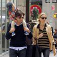 Karolina Kurkova en promenade avec son mari Archie Drury et leur fils Tobin dans le quartier de TriBeca. New York, le 5 juin 2012.