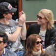 Une photo souvenir ! Raphaël et Mélanie Thierry en amoureux à Roland-Garros 2012 dans l'après-midi du vendredi 8 juin, à l'occasion des demi-finales masculines (Nadal/Ferrer et Djokovic/Federer).