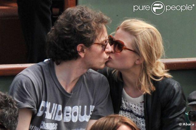 Après 10 ans d'amour, toujours la même tendresse... Raphaël et Mélanie Thierry en amoureux à Roland-Garros 2012 dans l'après-midi du vendredi 8 juin, à l'occasion des demi-finales masculines (Nadal/Ferrer et Djokovic/Federer).
