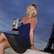 Maria Sharapova : Douche de champagne et poses glamour devant la Tour Eiffel