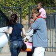 Kristin Davis, son homme Aaron Sorkin et la petite merveille Gemma Rose très complices le 3 juin 2012 à Los Angeles