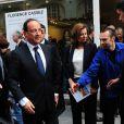 Le président François Hollande et Valérie Trierweiler lors de la vente aux enchères exceptionnelle des toiles de Florence Cassez, à Paris, le 16 juin 2012.