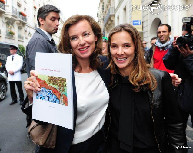 Melissa Theuriau et Valérie Trierweiler lors de la vente aux enchères exceptionnelle des toiles de Florence Cassez, à Paris, le 16 juin 2012.