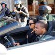 Kanye West au volant d'une Lamborghini blanche conduit Kim Kardashian dans les rues de Paris le 17 juin 2012
