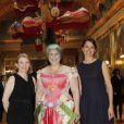 La ministre de la Culture Aurélie Filippetti et la présidente du château Catherine Pégard entourent l'artiste au vernissage de l'exposition Joana Vasconcelos au château de Versailles, le 18 juin 2012.