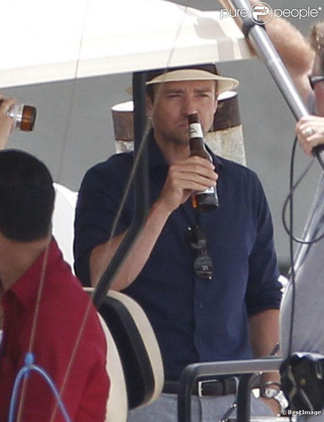 Justin Timberlake boit de la bière sur le tournage de  Runner, Runner  à Puerto Rico le 26 juin 2012