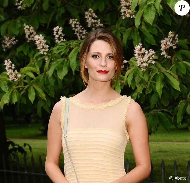Mischa Barton, dans une robe Luisa Beccaria et une pochette Christian Louboutin à la main, assiste à la Summer Party de la Serpentine Gallery. Londres, le 26 juin 2012.