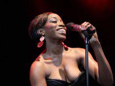 PHOTOS : Estelle en concert, encore une robe trop petite !