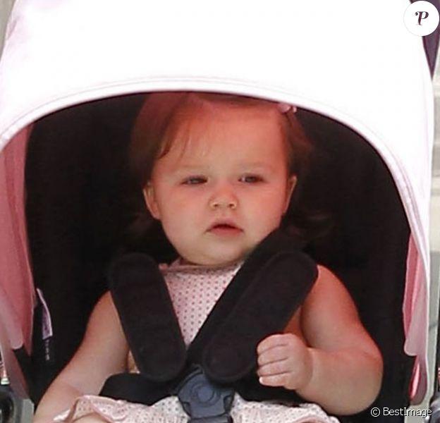 L'adorable Harper Beckham fait des siennes dans sa poussette.