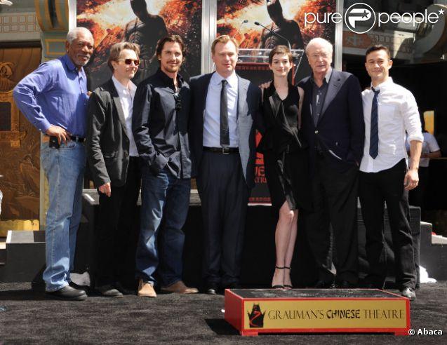Morgan Freeman, Gary Oldman, Christian Bale, Anne Hathaway, Sir Michael Caine et Joseph Gordon-Levitt lorsque Christopher Nolan laisse ses empreintes au Grauman's Chinese Theater à Hollywood à Los Angeles le samedi 7 juillet 2012