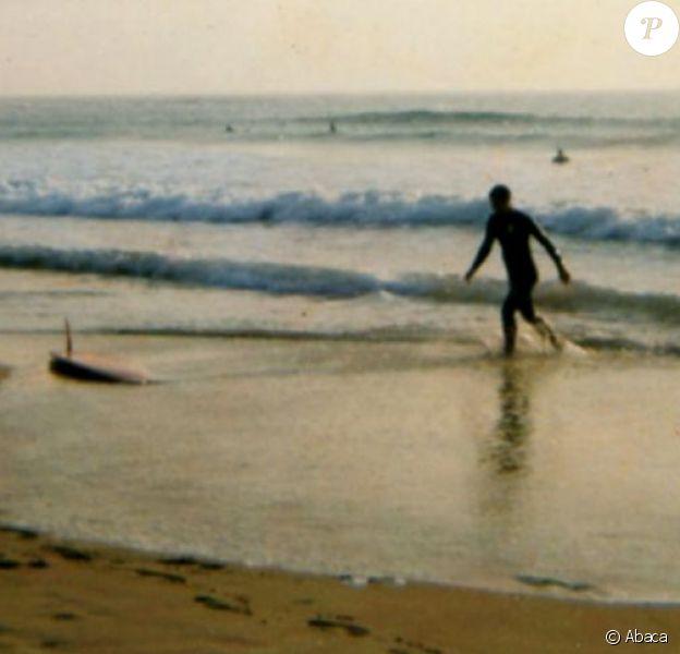 Le prince Charles, âgé de 24 ans, surfant dans la baie de Constantine (nord-est de la Cornouailles), en 1973. Un goût pour le surf qu'il a transmis à ses fils les princes William et Harry.