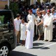 Sandrine Diouf entourée de ses fils Gaetan et Isaac, suivie de ses proches, aux obsèques de son mari Mouss Diouf, le 9 juillet 2012, à Auriol.
