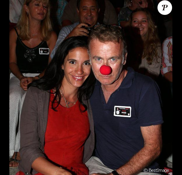 Franck Dubosc (et son nez rouge) ainsi que son épouse Danièle assistent au spectacle de Jean-Marie Bigard au Théâtre de la Verdure à Ramatuelle, le mardi 10 juillet 2012, dans le cadre du festival Les Arts du Rire.