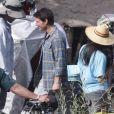 Tom Cruise sur le tournage du film Oblivion à Mammoth Lakes en Californie le 11 juillet 2012. Son fils Connor est venu lui rendre visite