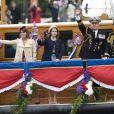 Les princesses Eugenie et Beatrice d'York avec leur père le prince Andrew le 3 juin 2012 lors de la parade fluviale du jubilé de diamant de la reine.