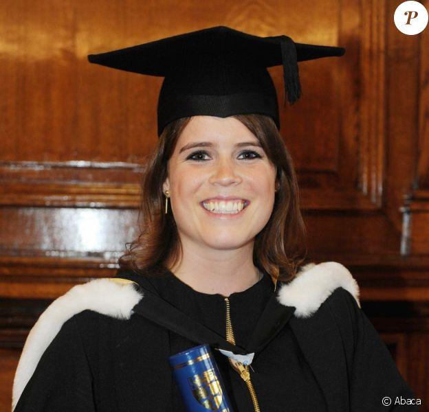 La princesse Eugenie d'York, qui a obtenu sa licence en littérature et histoire de l'art (mention très bien), lors de la cérémonie de remise des diplômes au King's Hall de l'Université de Newcastle, le 11 juillet 2012. Son père le prince Andrew et sa soeur la princesse Beatrice étaient présents et ont confié leur fierté.