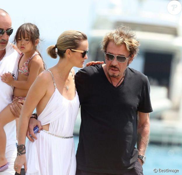 Johnny Hallyday et Laeticia arrivent à la plage de Tahiti entre Saint-Tropez et Ramatuelle, le 20 juillet 2012.