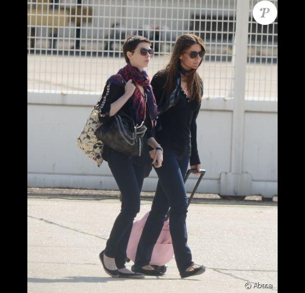 Anne Hathaway quittant, depuis l'aéroport du Bourget, la France le 21 juillet 2012 après l'annulation de la promotion du film The Dark Knight Rises. Il s'agit d'une conséquence directe de la fusillade qui a eu lieu dans le Colorado durant une avant-première du film