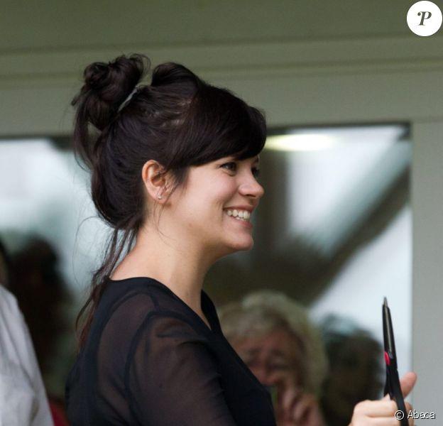 Lily Allen, dévoilant les premières rondeurs de sa grossesse, inaugure un club de cricket près de Londres le 8 juillet 2012