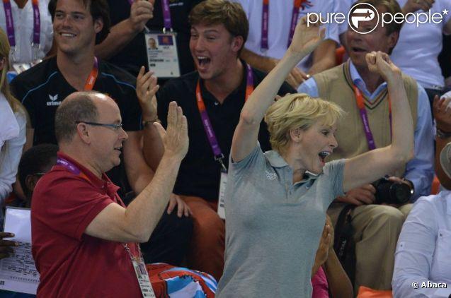 La princesse Charlene de Monaco, le prince Albert à son côté, était intenable lors de la finale du 200 m papillon masculin aux Jeux olympiques de Londres, le 31 juillet 2012. Lorsque le Sud-Africain Chad le Clos, un de ses protégés, est devenu champion olympique en battant Michael Phelps, la princesse monégasque ancienne reine de natation a explosé de joie, avant de toucher la médaille d'or avec gourmandise.