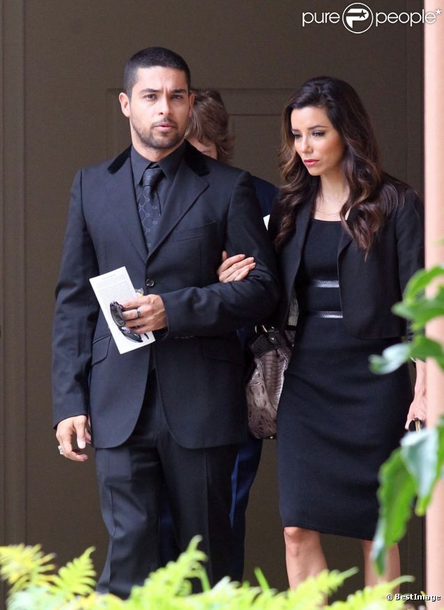 Eva Longoria, les larmes aux yeux, quitte les funérailles de Lupe Ontiveros le 3 août 2012 à Pico Riviera, près de Los Angeles.