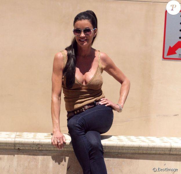 Janice Dickinson prend la pose pour les photographes à Beverly Hills le 6 août 2012