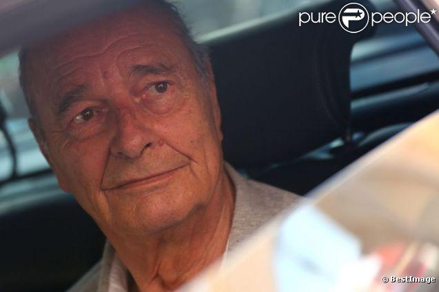 Jacques Chirac en vacances à Saint-Tropez le 6 août 2012, après avoir pris un verre sur le port du village de Provence.