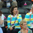 Le roi Carl XVI Gustaf de Suède et la reine Silvia, vêtus du polo de la délégation olympique suédoise, ont savouré mercredi 8 août 2012 la qualification de leurs handballeurs pour les demi-finales des JO de Londres, aux dépens du Danemark (24-22). Le couple royal, à la fin du match, n'a pas manqué de saluer les royaux danois, déçus.