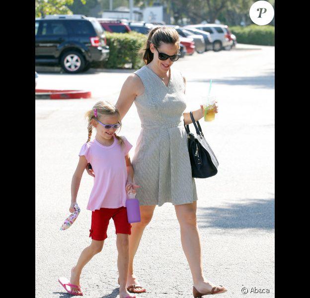 Jennifer Garner vient chercher sa fille Violet à la sortie de son cours de gymnastique, à Los Angeles, le 8 août 2012