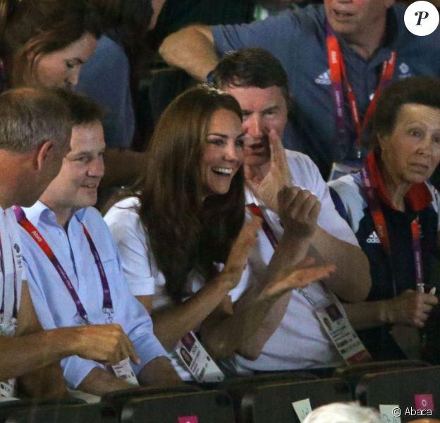 Kate Middleton le 9 août 2012 à l'ExCel Centre au côté de la princesse Anne et son époux Timothy Lawrence lors de la victoire de la boxeuse britannique Nicola Adams en finale du tournoi olympique aux JO de Londres.