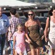 Kate Moss et sa fille Lila sur la plage du Club 55 à Saint-Tropez le 16 août 2012