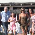 Belle journée pour Kate Moss et sa fille Lila sur la plage du Club 55 à Saint-Tropez le 16 août 2012
