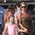 Kate Moss et sa fille Lila sur la plage du Club 55 à Saint-Tropez. Le duo a passé une belle après-midi dans l'eau. Le 16 août 2012