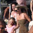 Kate Moss et sa fille Lila, déjà très grande et ravissante, aperçues sur la plage du Club 55 à Saint-Tropez le 16 août 2012