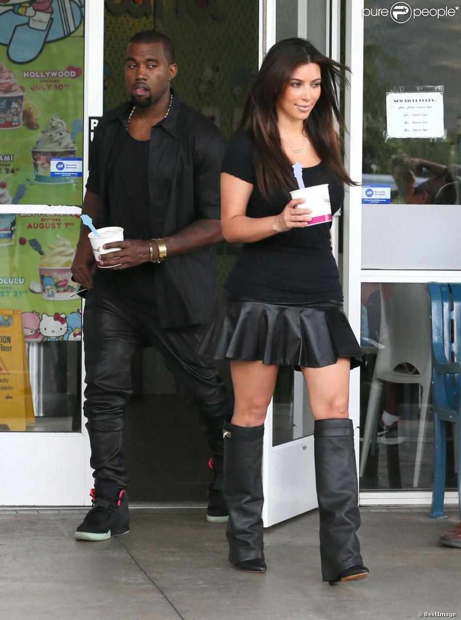 Kanye West suit des yeux sa belle Kim Kardashian, habillée comme lui en all black everything avec une mini,jupe en cuir et des bottes Givenchy.