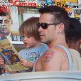 Colin Farrell et son fils Henry devant un kiosque à journaux à Los Angeles, le 20 août 2012.