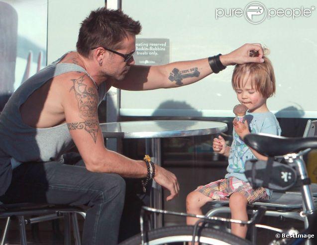 Colin Farrell et son fils Henry chez un glacier à Los Angeles, le 20 août 2012.