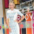 """Maria Sharapova pose lors du lancement de sa nouvelle """"ligne"""" de bonbons Sugarpova à New York le 20 août 2012"""